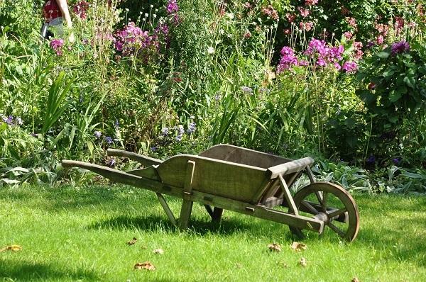 Holzschubkarre im Garten