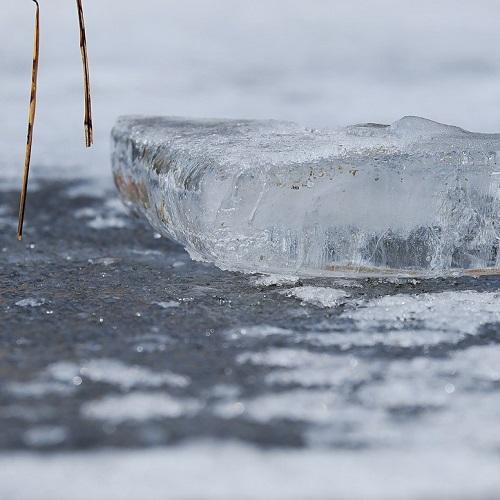 Eisstück auf Eisfläche
